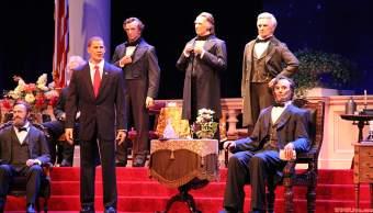 La figura del ahora ex presidente Barack Obama luce en el Hall de los Presidentes, en Disney World. (Dave's Disney View)