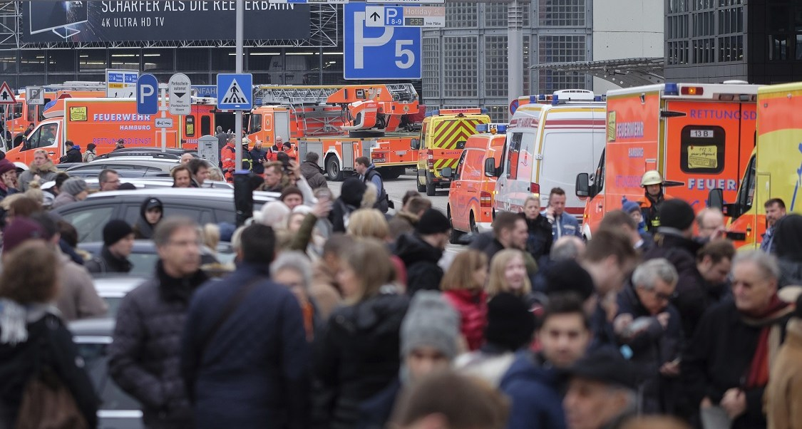 Turistas esperan fuera del aeropuerto de Hamburgo, al norte de Alemania, después de que varias personas resultaron evacuadas por una sustancia tóxica (AP)