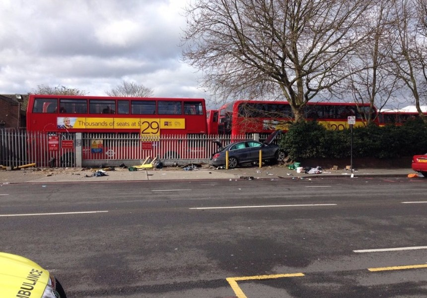 El automóvil subió la banqueta en Bromley Road en Bellingham y se impactó contra cinco personas (Twitter @TimGluckman)