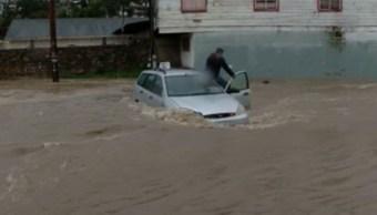 Hombre queda atrapado en una corriente de agua en Tijuana, BC. (Noticieros Televisa)