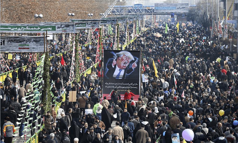 Iraníes conmemoran el 38 aniversario del triunfo de la Revolución Islámica; protestan contra Donald Trump. (AP)