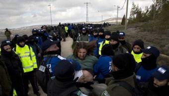Las fuerzas israelíes han comenzado a evacuar un el asentamiento Amona, uno de los 100 puestos erigidos en Cisjordania sin permiso, pero tolerado por El gobierno de Netanyahu (AP)