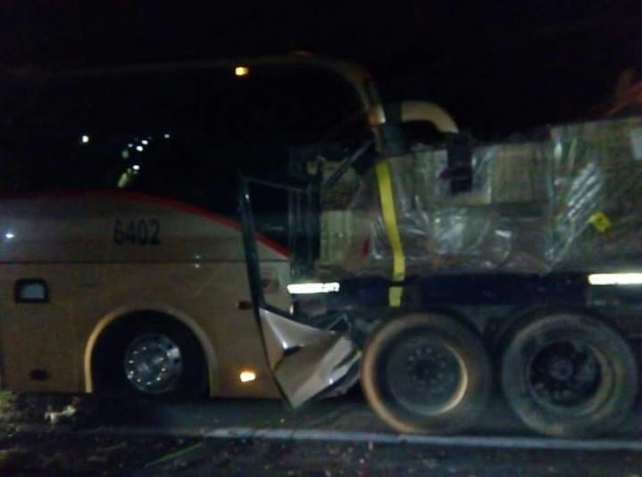 Choca autobús de pasajeros contra tráiler en Jalostotitlán, Jalisco