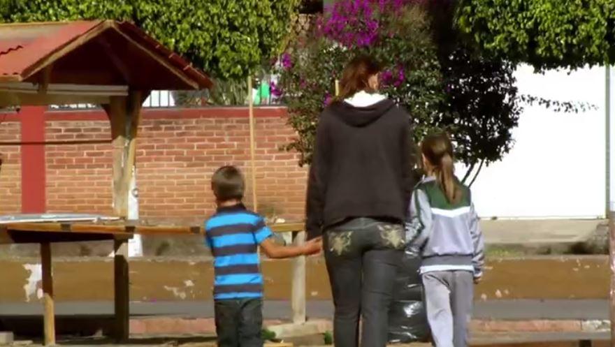 Kelly Trejo, ciudadana estadounidense que eligió acompañar a su esposo recién deportado a México (Noticieros Televisa)
