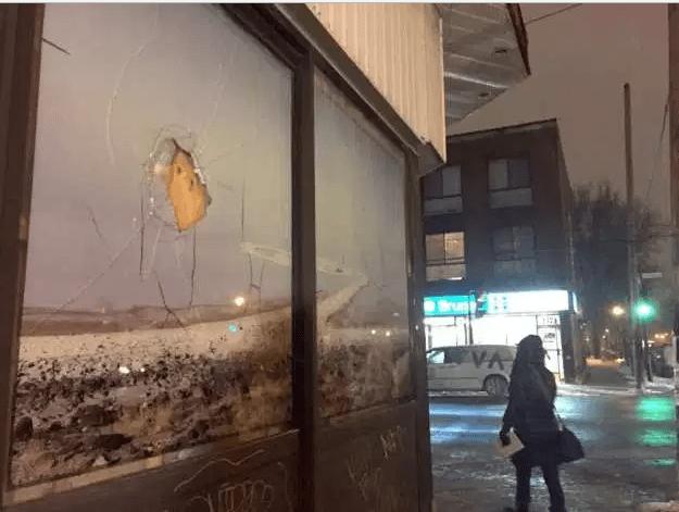 La fachada de la mezquita Khadijah, situada en un barrio del centro de Montreal, lucía con un vidrio roto.