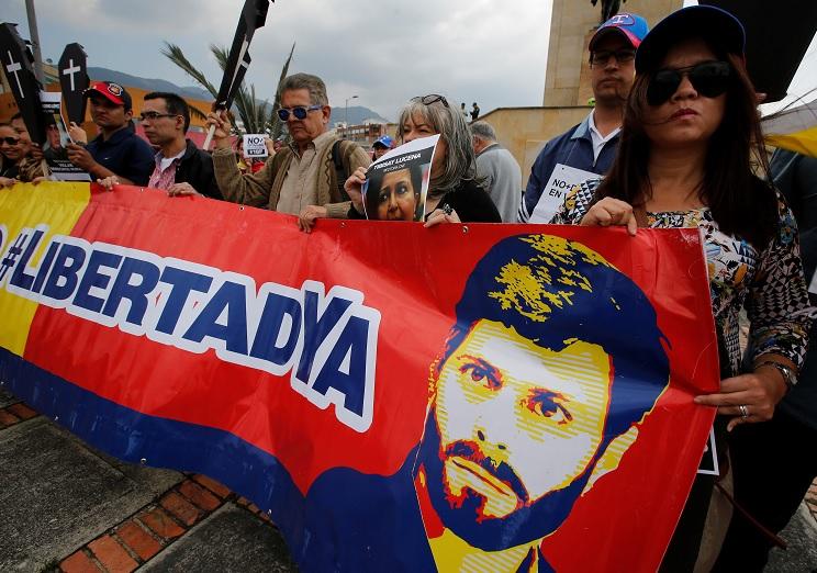 Los partidarios del líder de la oposición venezolana, Leopoldo López, que viven en Colombia, participan en una manifestación conmemorando el tercer aniversario de su detención (Reuters)