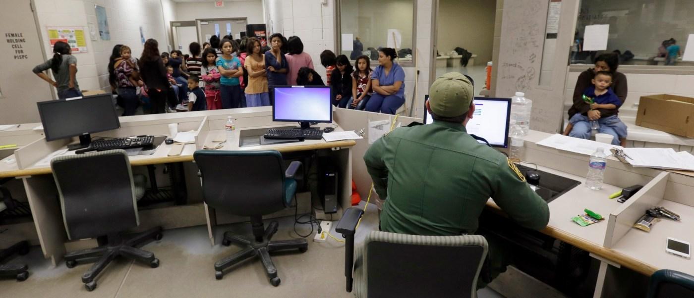 Migrantes con agentes de Aduanas y Protección Fronteriza en Brownsville, Texas (AP, Archivo)