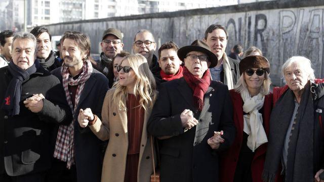 En la manifestación también estuvieron presentes la actriz Siena Miller y el joven actor alemán Daniel Brühl (AP)