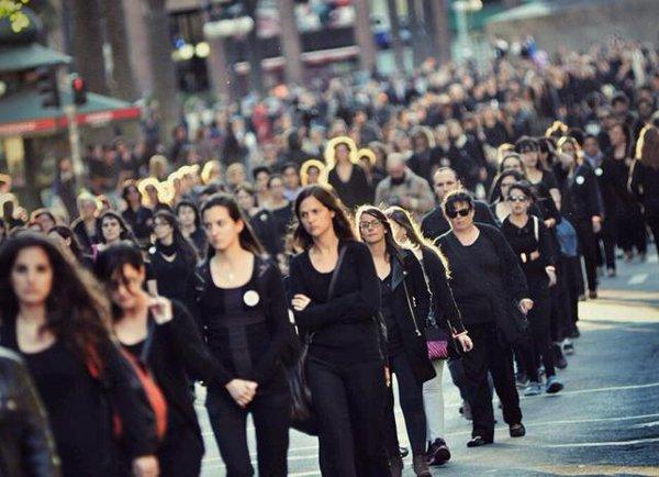 Marcha en las calles de Montevideo en repudio a los feminicidios.
