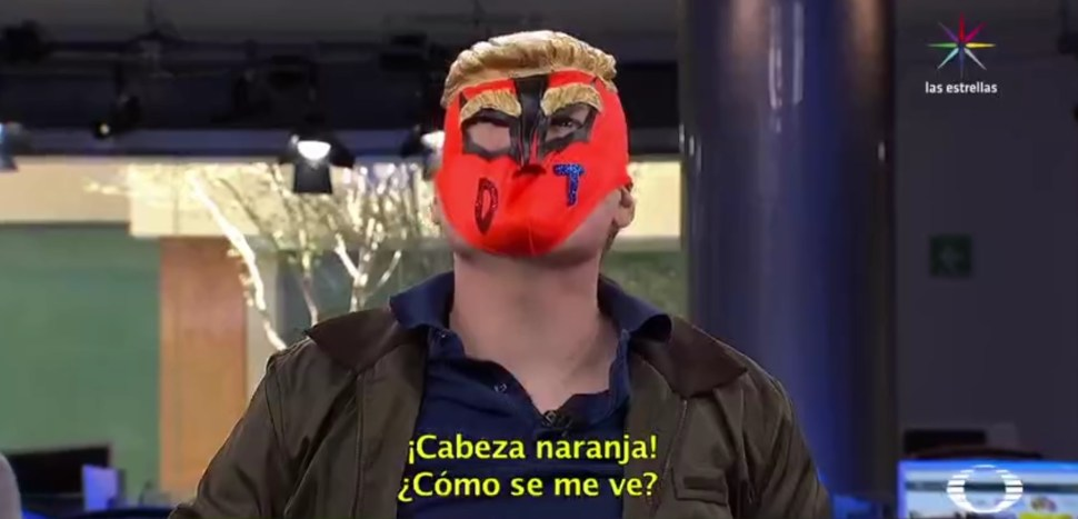 Máscara de luchador con peluca de Donald Trump adaptada (Noticieros Televisa)