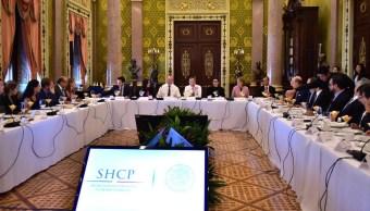 El secretario de Hacienda, José Antonio Meade, e integrantes del CEEG durante una reunión en el Salón Panamericano de Palacio Nacional.