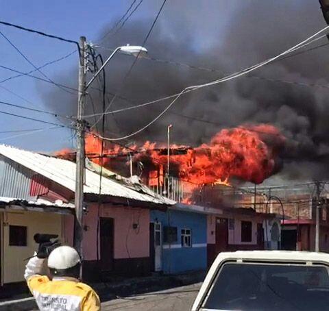 Policía rescata a 6 niños de un incendio en Uruapan, Michoacán