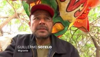 """Guillermo dice que cuando duerme trata de no moverse para evitar caer, con un plástico se cubre del sol o de la lluvia; """"Quiero ver a mi niña en Estados Unidos"""", dice Guillermo. (Noticieros Televisa)"""