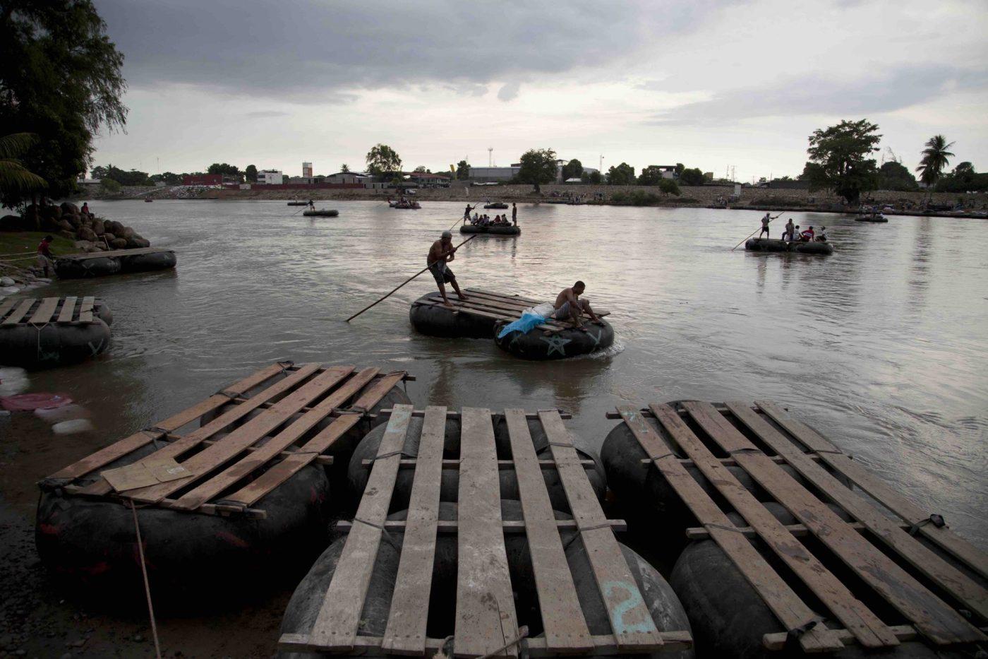 Trabajadores guatemaltecos transportan a migrantes centroamericanos en su camino hacia EE.UU. El río Suchiate, que divide Guatemala de México, es un paso en una de muchas rutas usadas por los migrantes.
