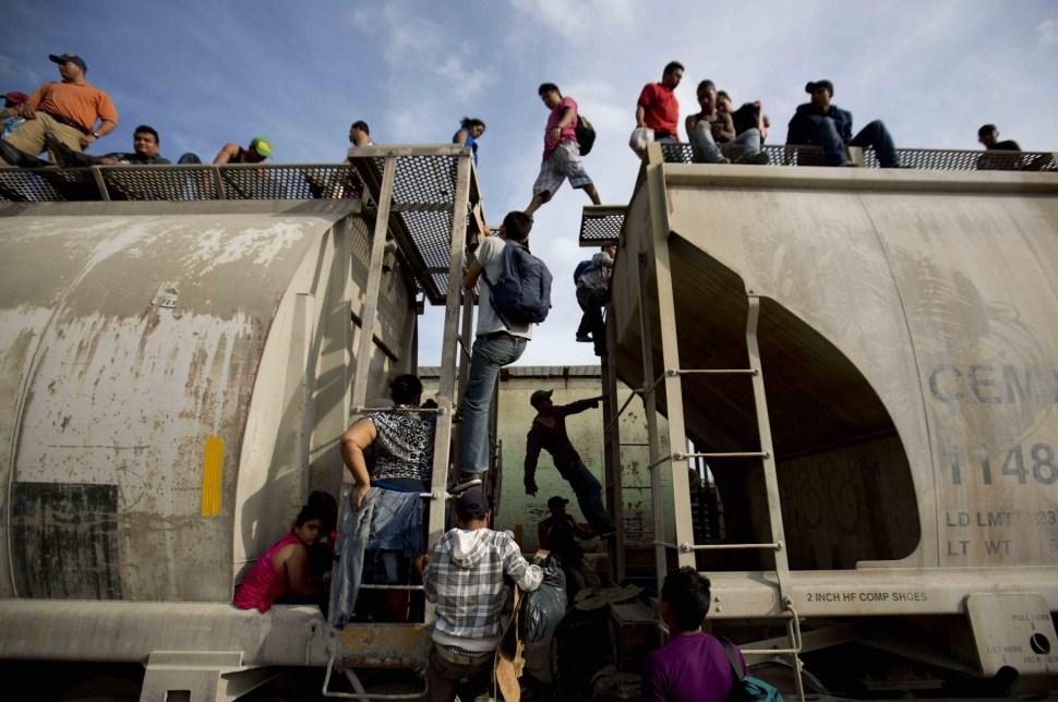 El número de menores no acompañados, como los adolescentes que aparecen en esta foto tomada en Ixtepec, se ha triplicado desde 2011.