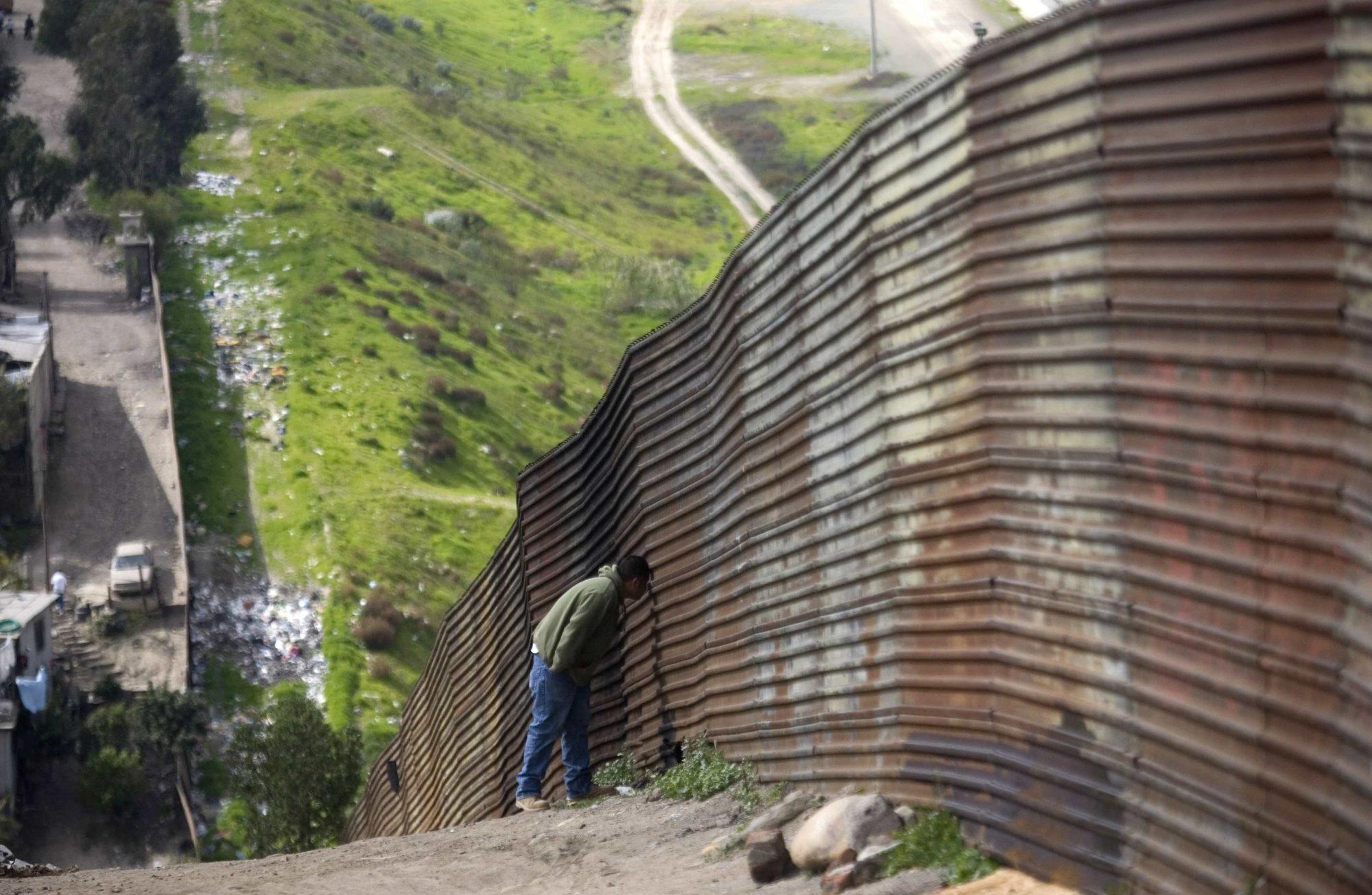 Un hombre se asoma en la frontera.