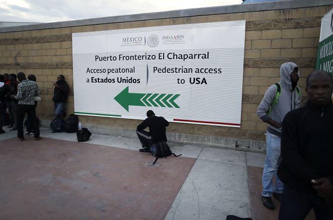 Las autoridades estadounidenses entregan a las mexicanas una ficha por cada deportado. (AP, archivo)