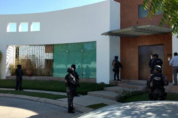 Fuerzas federales realizan el operativo en una casa ligada con el ex gobernador de Veracruz, Javier Duarte de Ochoa. (PGR)