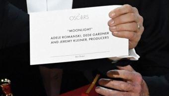 Por error, entregan la estatuilla por Mejor Película a 'La La Land'; corrigen y lo recibe 'Mooonlight'. (Getty Images)