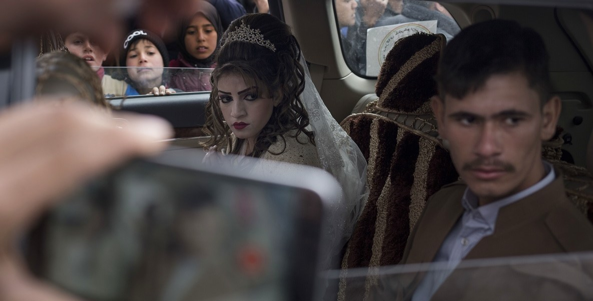 Imagen de Hussein Zeino Danoon y Shahad Ahmed Abed después de casarse en el campo Khazer para desplazados de Mosul.
