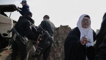 Un hombre es detenido en un puesto de control fuera de Mosul. Las fuerzas de seguridad detienen a algunos de las cientos de personas que llegan al puesto de control cada día, ya sea huyendo de la violencia o visitando a sus familiares en otras partes de Irak. (AP)