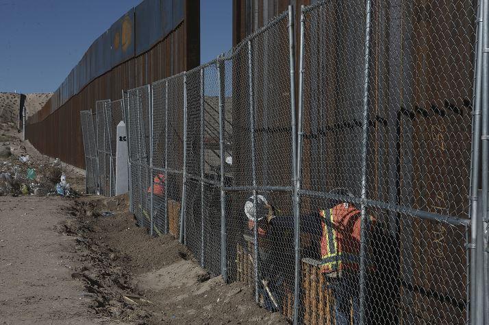 Trabajadores continúan construyendo una valla más alta en la frontera México-Estados Unidos que separa las ciudades de Anapra, México y Sunland Park, Nuevo México. (AP/archivo)