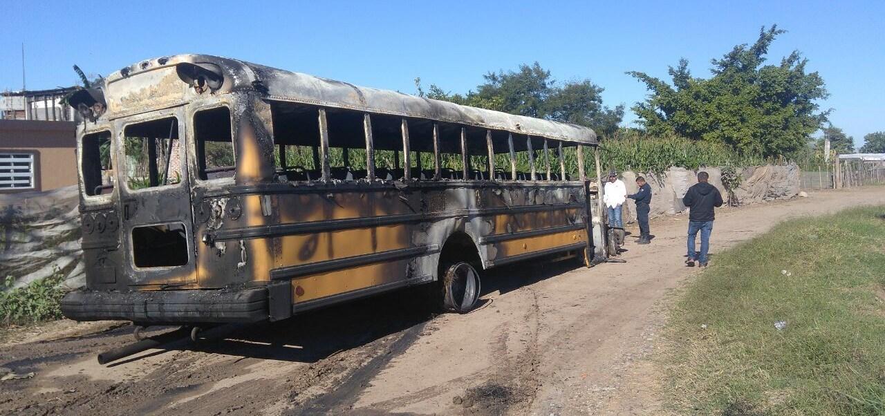 Los delincuentes interceptaron un autobús escolar que transportaba jornaleros agrícolas y lo incendiaron. (Noticieros Televisa)
