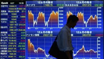 Una pantalla electrónica que muestra los gráficos de las fluctuaciones del Nikkei frente a una correduría en Tokio, Japón (Getty Images)