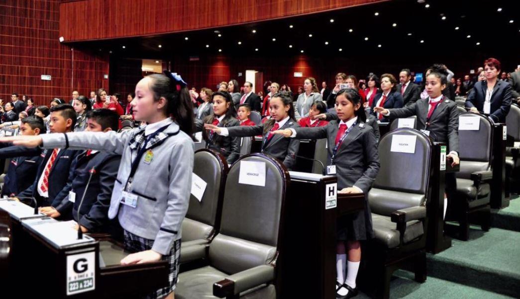 La niña Ashley Brigette Gómez Lorenza, de la Ciudad de México, fue electa presidenta del Décimo Parlamento Infantil (Twitter/@lucymeza07)