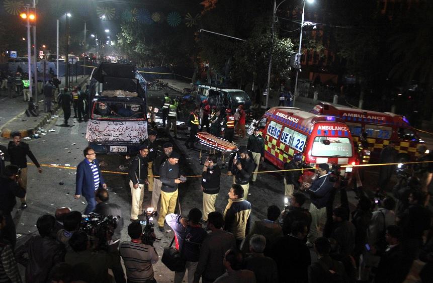 La policía y los trabajadores de rescate paquistaní trabajan en el lugar de una explosión en Lahore (Reuters)