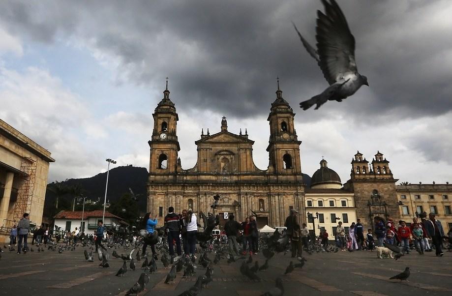Una paloma vuela en Colombia tras el fin de 52 años del conflicto armado más largo en América (Getty Images/archivo)