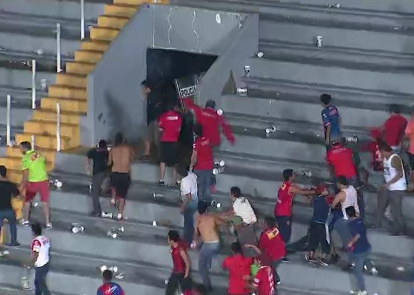 Aficionados se enfrentaron al término del partido en el estadio Luis 'Pirata' Fuente, de la ciudad de Veracruz.