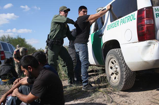 Un oficial de la Patrulla Fronteriza de Estados Unidos detiene a un inmigrante indocumentado después de cruzar ilegalmente la frontera entre Estados Unidos y México. (Getty Images/archivo)