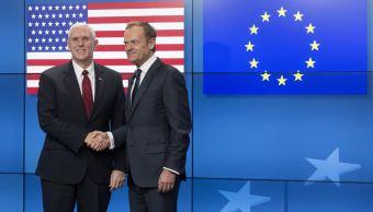 El vicepresidente estadounidense Mike Pence, a la izquierda, estrecha la mano con el presidente del Consejo de la UE, Donald Tusk, cuando llega al edificio del Consejo Europeo en Bruselas, Bélgica. (AP)