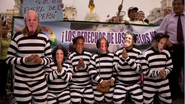 Manifestantes usan máscaras de políticos peruanos durante una protesta después del escándalo de corrupción de Odebrecht en Lima, Perú. (AP, archivo)