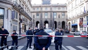 Policías cercan la zona próxima al museo del Louvre en París, en donde militares fueron agredidos. (AP)