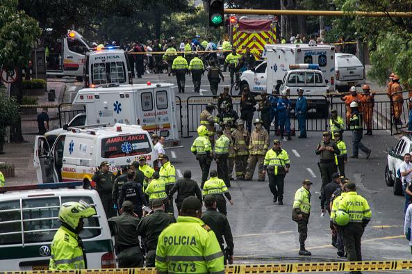 Policías colombianos acordonaron la zona donde explotó un artefacto en la ciudad de Bogotá.