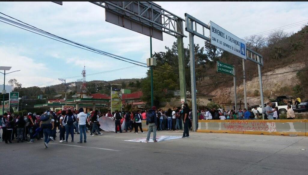 Protesta de normalistas en Chilpancingo.