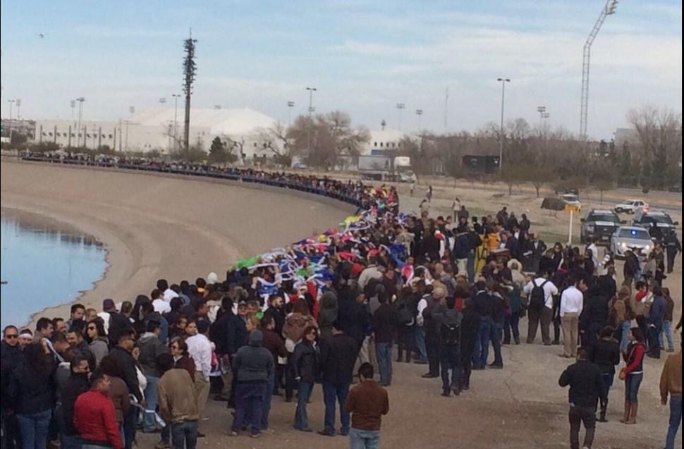 Muro humano en apoyo a migrantes.