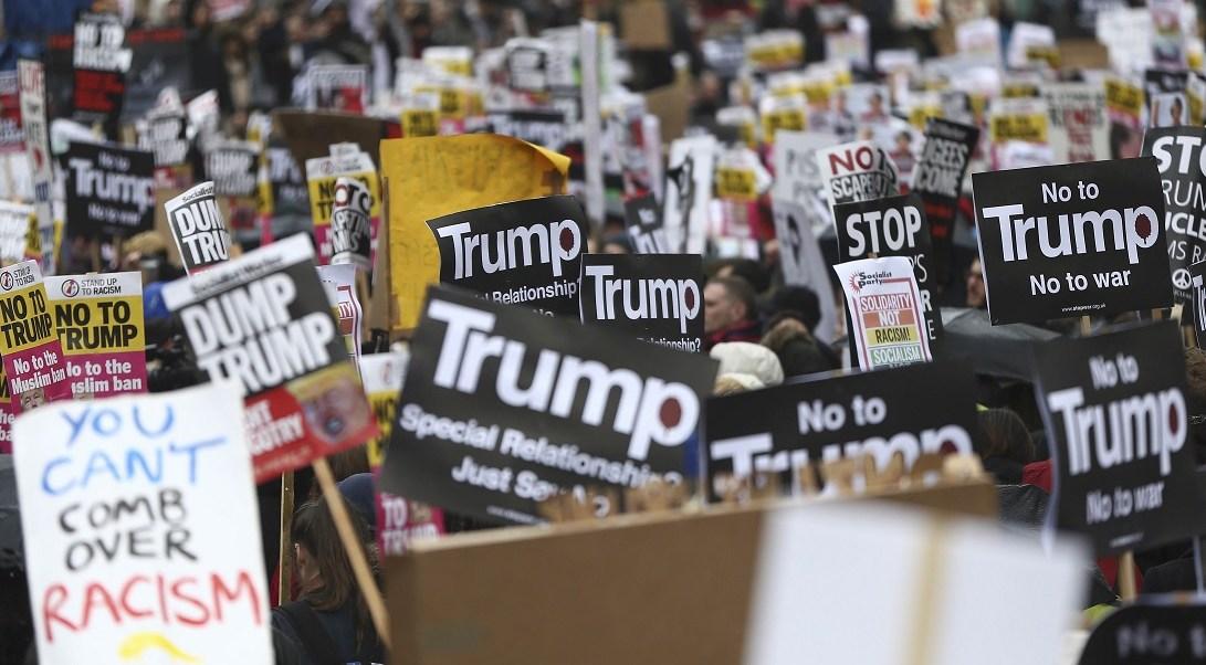 Manifestantes marchan contra el presidente estadounidense Donald Trump en Londres (Reuters)