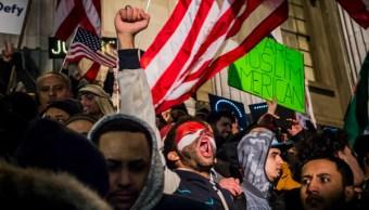 Miles de musulmanes protestan en Nueva York por la orden ejecutiva de Trump que prohíbe el ingreso a EU a ciudadanos de siete países. (Getty Images/Archivo)