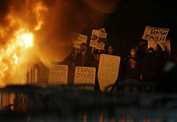 En un video del portal Breitbart News, el editor Milo Yiannopoulos y su equipo simulan la construcción de un muro, esto y sus comentarios racistas y misóginos, son la causa de las protestas en la Universidad de Berlekey. (AP)