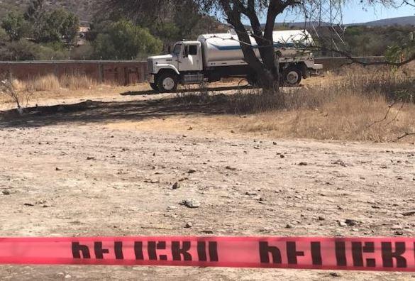 Elementos de la Policía municipal de San Juan del Río, Querétaro, descubren una toma clandestina de combustible en una estación de rebombeo de Pemex; en el lugar detienen a un presunto responsable y aseguran una pipa. (Twitter@DiarioRotativo)