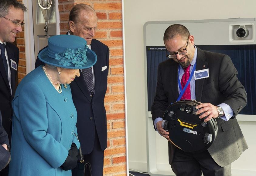 La reina Isabel II asiste a la inauguración oficial del Centro Nacional de Seguridad Cibernética en Londres, Gran Bretaña (AP)
