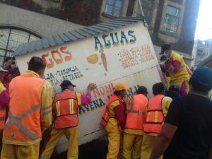 Empleados de la delegación Cuauhtémoc, apoyados por personal de limpia y granaderos, quitaron los puestos ambulantes. (@SeGobCDMX)