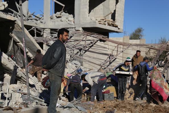 La gente inspecciona los escombros de edificios dañados tras un bombardeo por fuerzas del régimen de Bashar al-Asad (Getty Images)