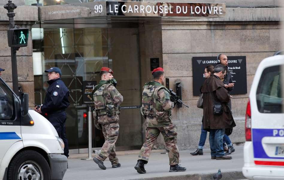 Soldados afuera del Museo del Louvre en Paris