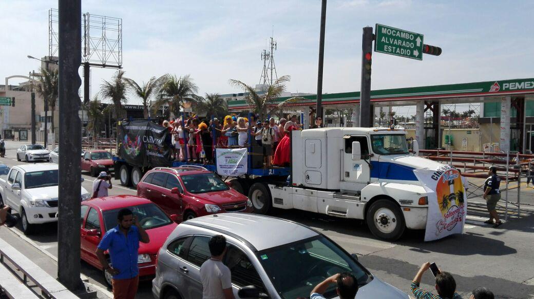 Solteras vs casadas, tradicional partido de béisbol del Carnaval de Veracruz 2017. (Twitter@PrincessMoli)