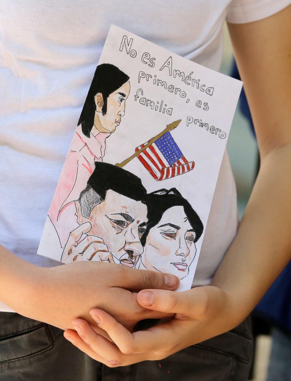 Tarjeta que pide evitar deportaciones en Estados Unidos (AP)