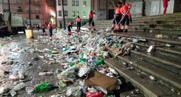 Trabajadores de limpia recogiendo basura en la ciudad de Río de Janeiro.